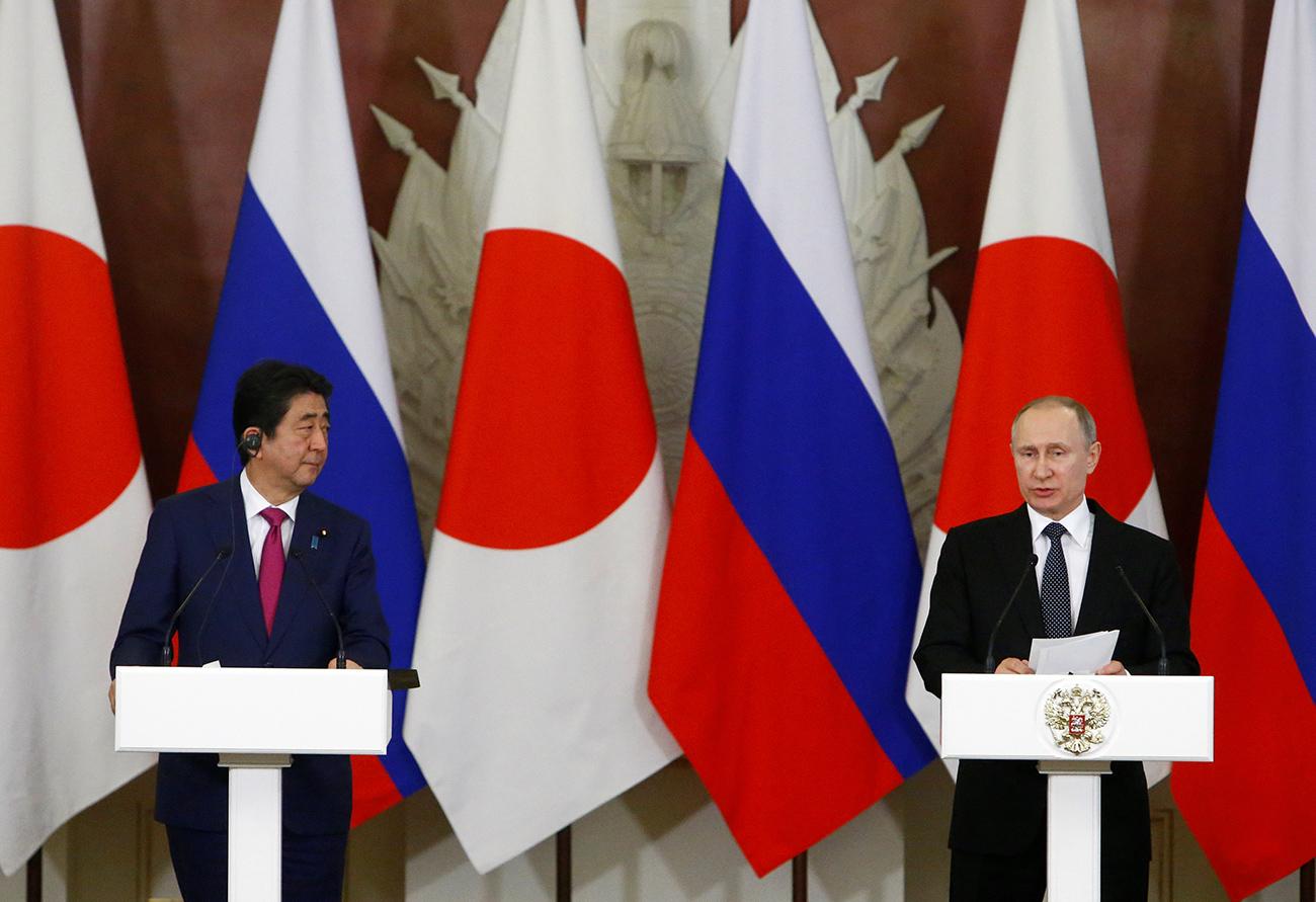 Pútin (dir.) e Abe durante coletiva após encontro bilateral no Kremlin