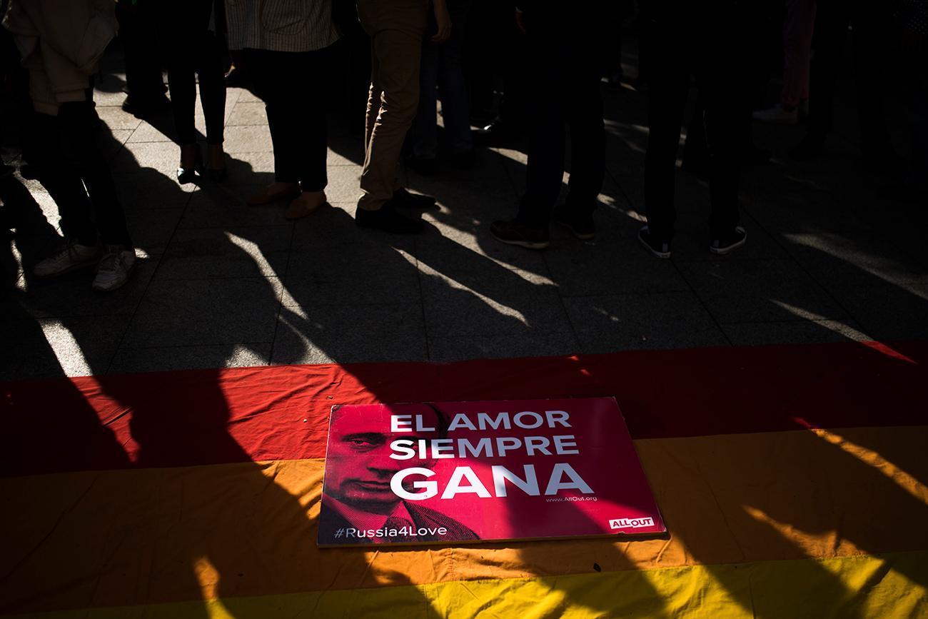 Concentración en Madrid contra la represión de homosexuales en Chechenia, el 25 de abril.