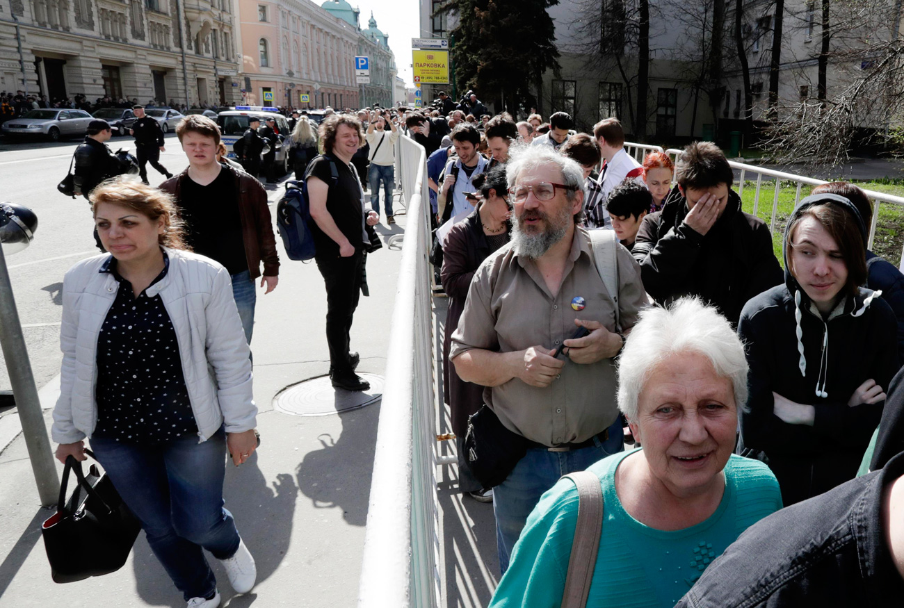 Les militants font la queue. Crédit : Reuters