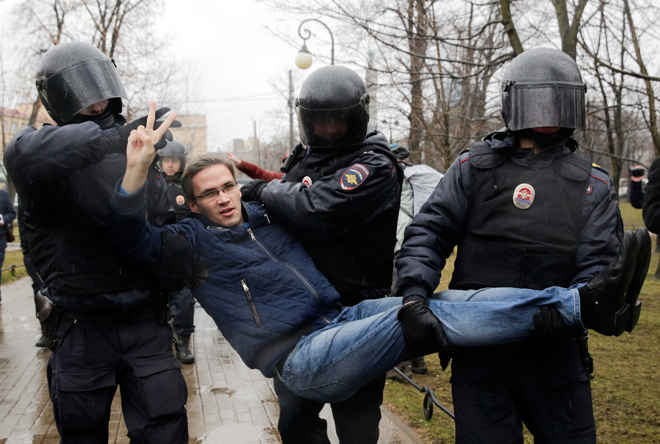 Interior Ministry officers detain a participant of an opposition protest in St. Petersburg, April 29, 2017. Source: Reuters