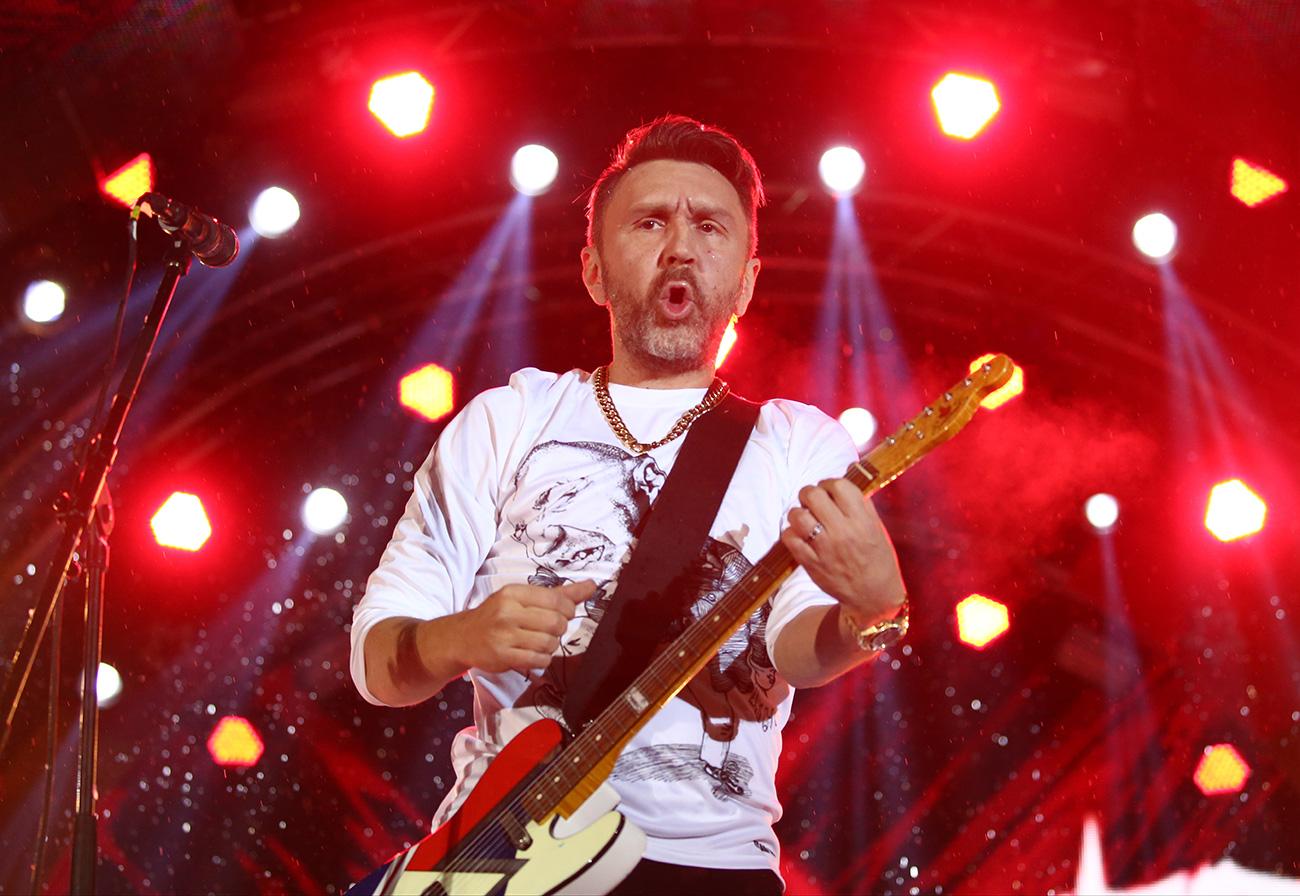 """Сергеј Шнуров од групата """"Ленинград"""" на настап во Сочи, Русија."""