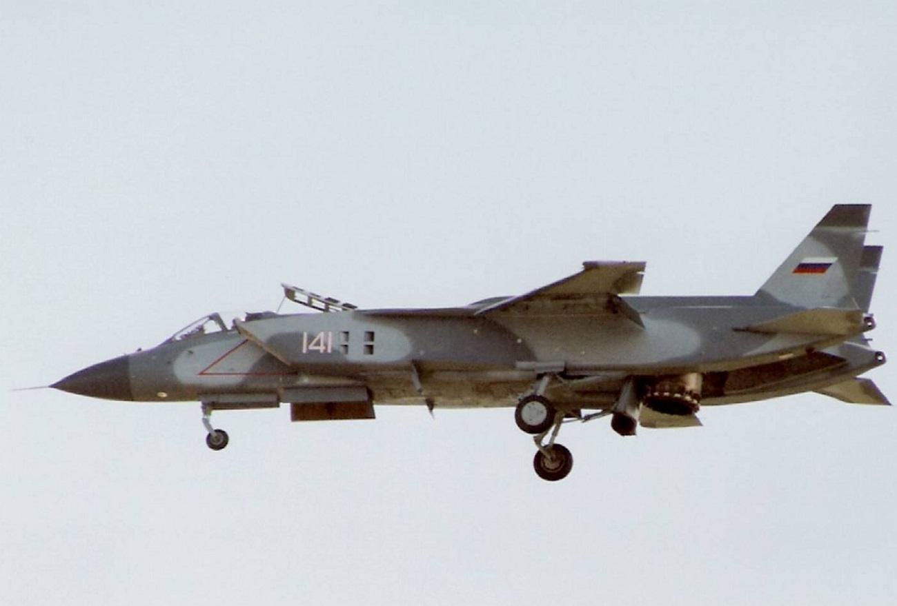 Tidak banyak jet tempur yang mampu menyamai kualitas lepas landas dan pendaratan vertikal dari Yak-141 milik Uni Soviet dan F-35B milik AS.