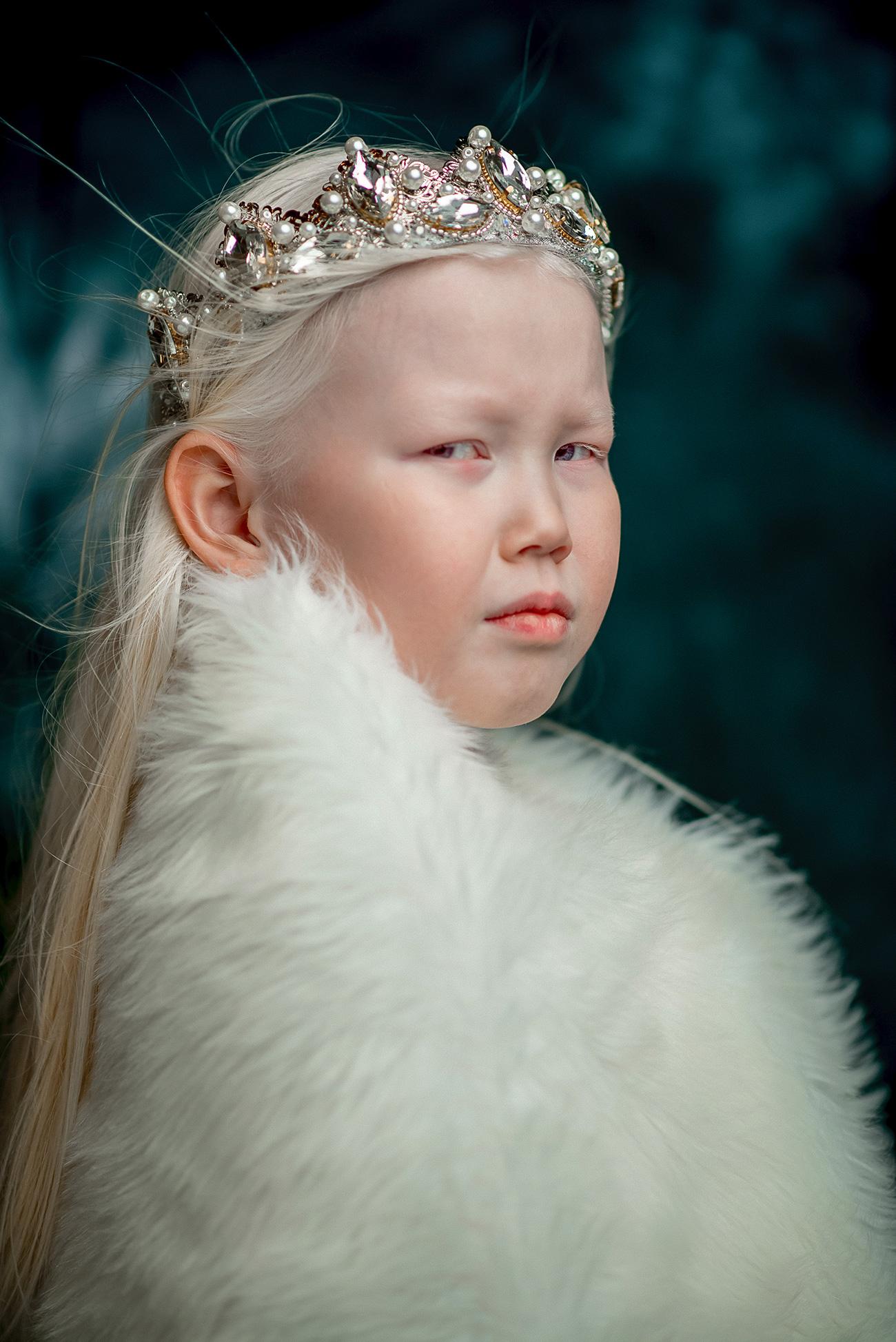 Нарјана е девојче албино. Таа има снежнобела коса, порцеланска кожа и кадифено сини очи. Нејзиниот надворешен изглед воопшто не е типичен за жителите на Јакутија, каде повеќето жени се со кафеави очи и црна коса.