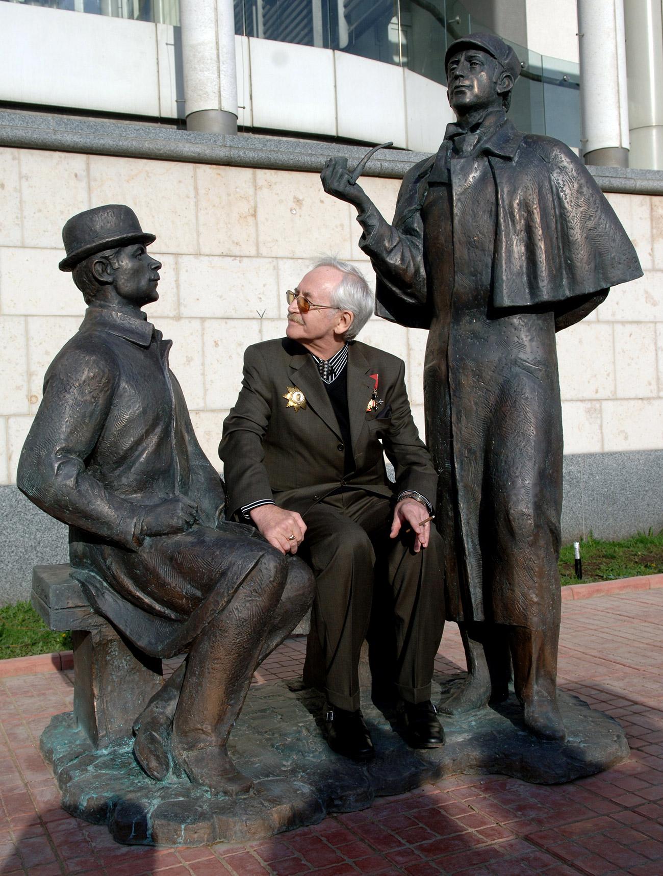 Vasily Livanov sitting at the monument. Source: Sergey Pyatakov/RIA Novosti