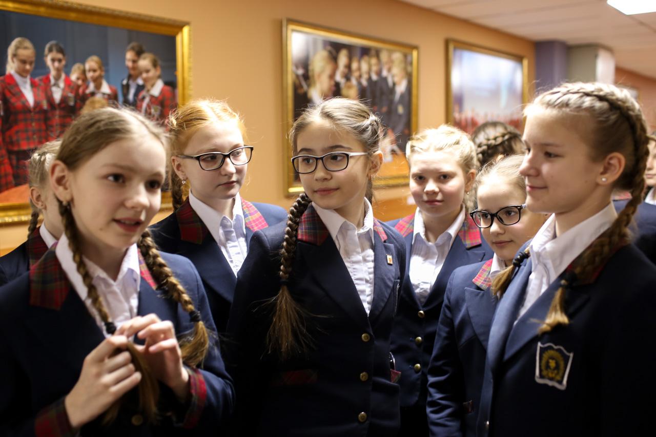 国防省女子寄宿学校の6年生。一番左がスタシャ・スタロジュクさん。 =