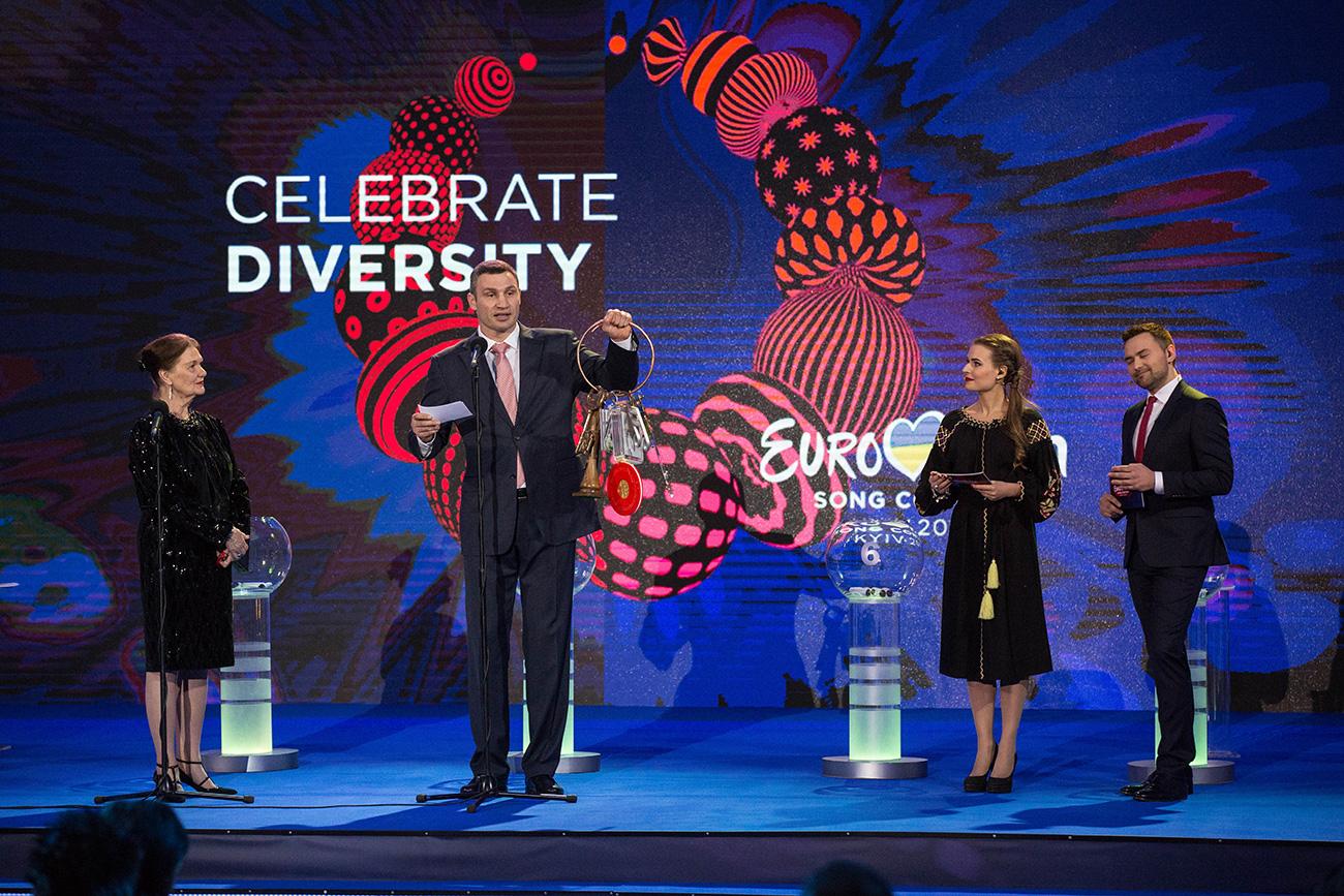 Eva-Louise Erlandsson Slorach, predsednik mestnega sveta v Stockholmu in župan Kijeva Vitalij Kličko, s simbolnim ključem Evrovizije med žrebom za polfinale v Kijevu.
