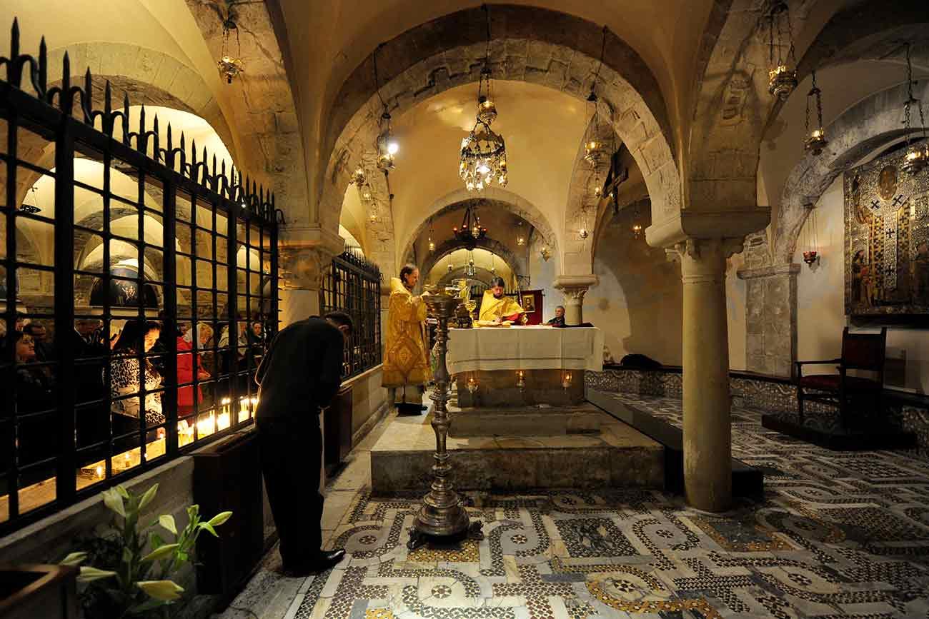 Bispo ortodoxo Egorievsk Mark celebra missa dentro da cripta da igreja de São Nicolau, em Bari, em março de 2009
