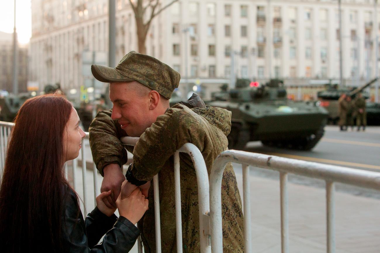 Московљани су имали прилику да прате кретање војних колона кроз центар града. Неки и да се састану са вољеним особама.