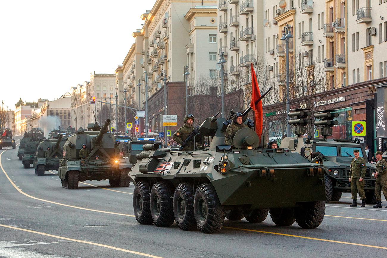 Колона лаке и тешке технике се састоји од 114 возила. Међу њима су оклопни транспортери БТР-82А, оклопна возила Тигр-М са борбеним модулима Арбаљот, самоходне хаубице Коалиција-СВ и Мста-С.