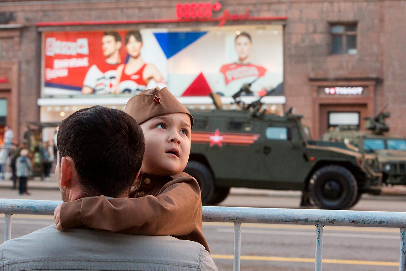 Проба Параде у Русији је једина прилика да родитељи покажу деци борбену технику у покрету.