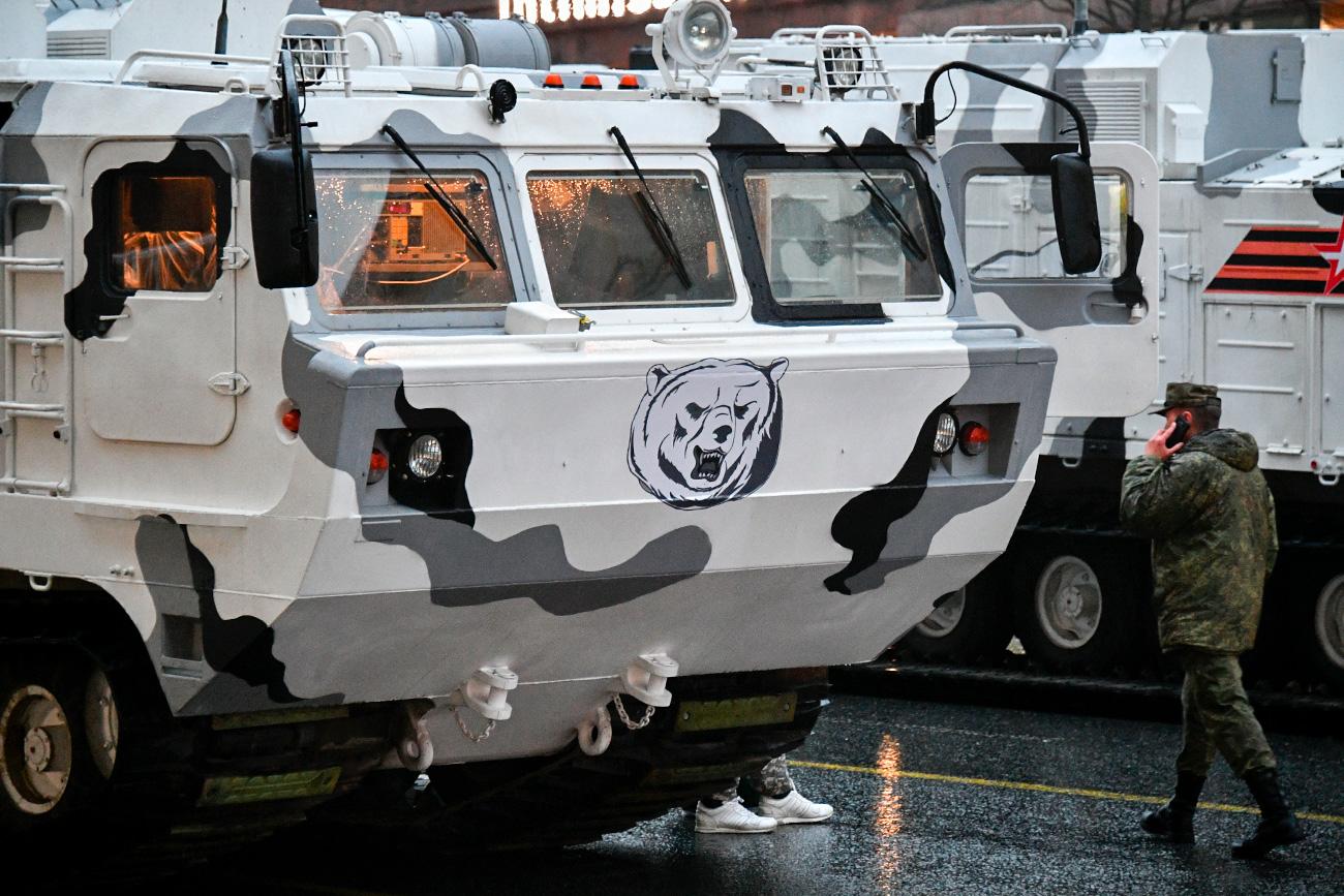 Parmi les débutants de cette année, les véhicules arctiques – les complexes antiaériens Pantsir-SA et les systèmes antiaériens mobiles TOR-M2DT, ainsi que les véhicules de soutien créés spécialement pour les conditions du Grand Nord.