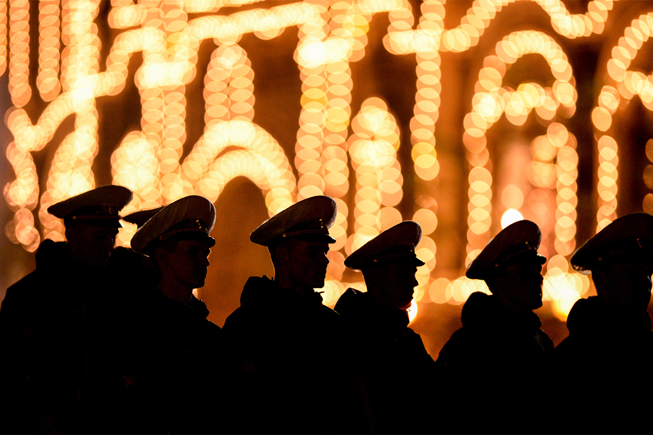 Uomini in divisa per le prove della parata in Piazza Rossa a Mosca