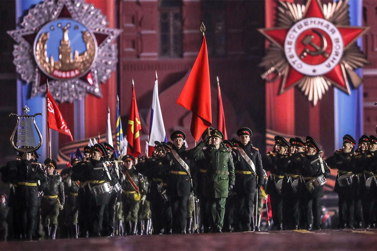 L'anno scorso per la prima volta nella storia della parata hanno sfilato anche le donne in divisa, allieve dell'Università militare della regione di Mosca