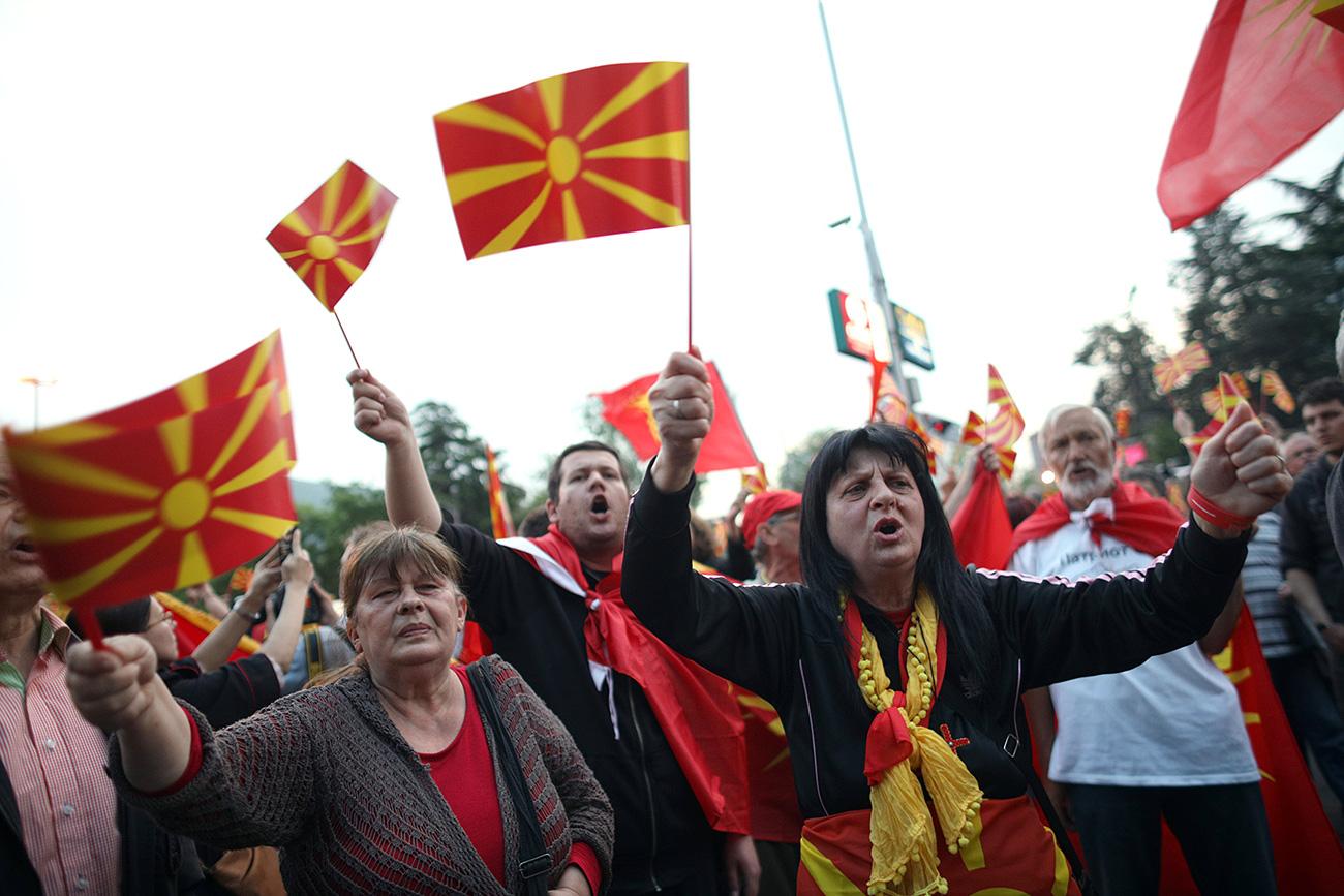 Protestniki protestirajo pred poslopjem informacijske pisarne EU v Skopju, Makedonija, 28. aprila 2017.