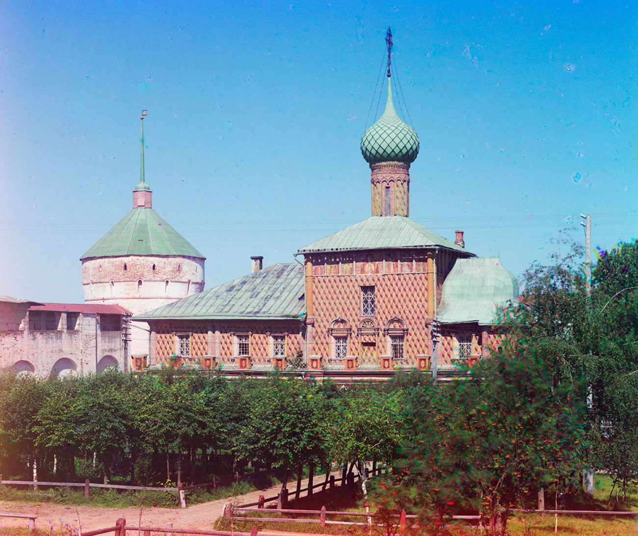 Rostov kremlin. Northwest corner tower & Church of the Hodegetria Icon, south view. July 12, 2012. Summer 1911.  / Photo: Sergei Prokudin-Gorsky