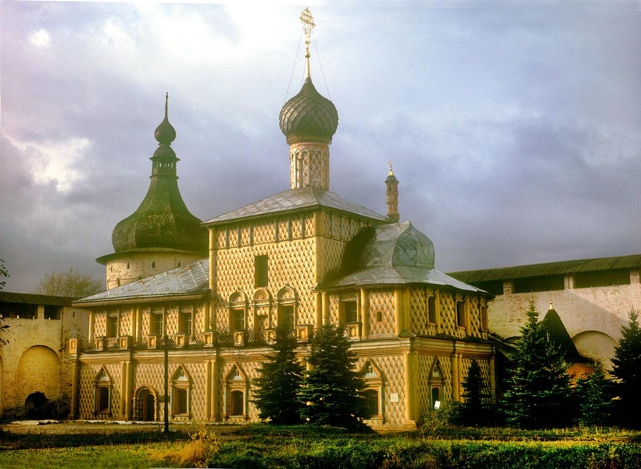 Rostov kremlin. Northwest corner tower&Church of the Hodegetria Icon, southeast view. Oct. 4, 1992. / Photo: William Brumfield
