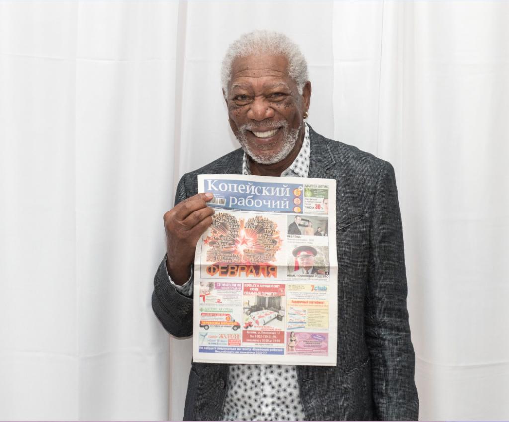 "Morgan Freeman with the Kopeisky Rabochiy newspaper. / Photo:  <a  data-cke-saved-href=""https://kr-gazeta.ru/obshchestvo/37198.html"" href=""https://kr-gazeta.ru/obshchestvo/37198.html"" target=""_blank"">Kopeisky Rabochiy</a>"
