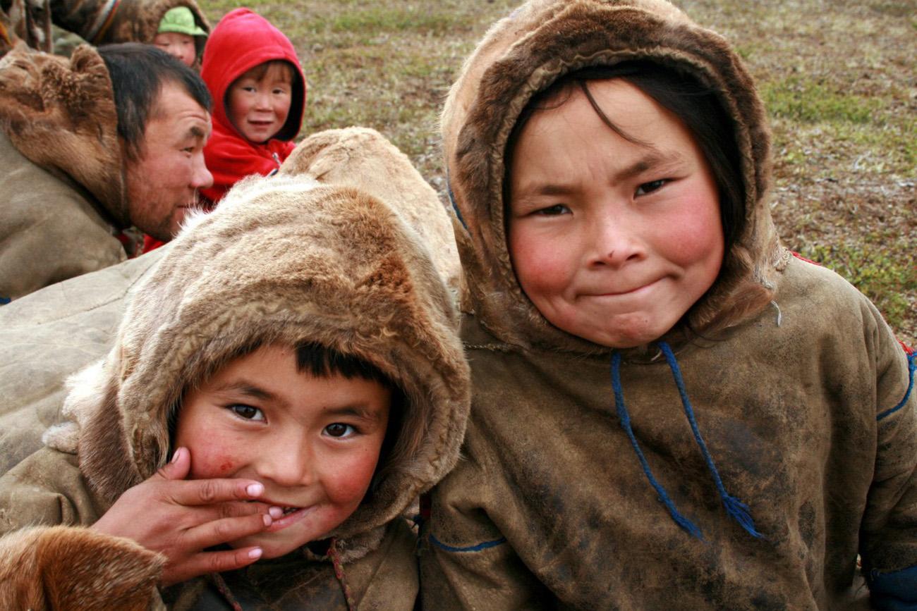 As escolas na região da tundra são diferentes. Essas crianças tiraram a sorte grande crescendo nômades graças aos jardins de infância móveis e passeios de helicóptero. Foto: Aleksandra Terekhina e Aleksandr Volkovitski/ yamalexpedition.ru