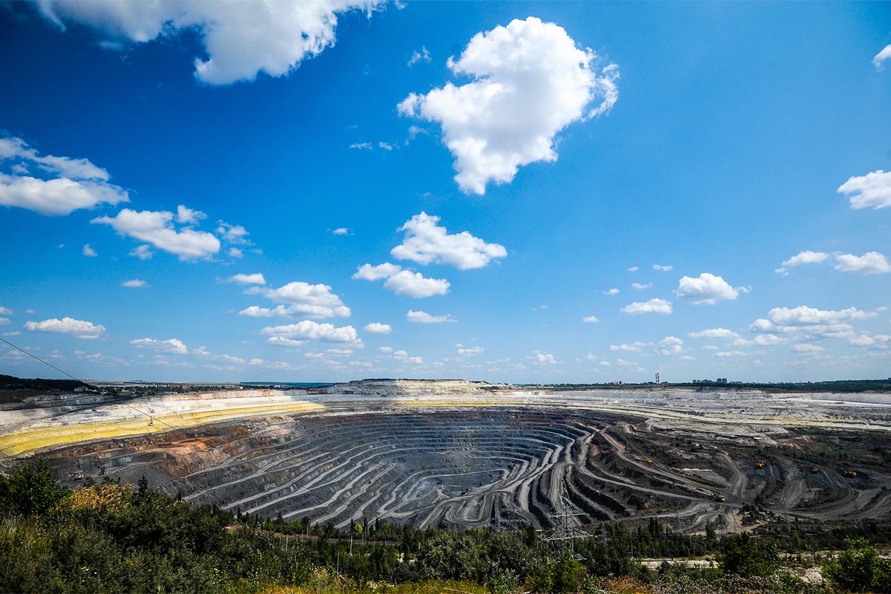 Le nom de l'anomalie magnétique de Koursk est associé au comportement inhabituel adopté par les aiguilles magnétiques près de la ville de Koursk (530 km au sud-ouest de Moscou). Les appareils magnétiques y confondent le sud et l'est, le nord et l'ouest. En cause, le gisement de minerai de fer, considéré comme le plus grand du monde avec ses 30 milliards de tonnes, soit près de 4% des réserves mondiales prouvées. L'anomalie magnétique du sol y fut d'abord remarquée par les géographes russes dès les années 1770, mais le premier puits d'extraction de minerai de fer ne fut foré qu'en 1923.