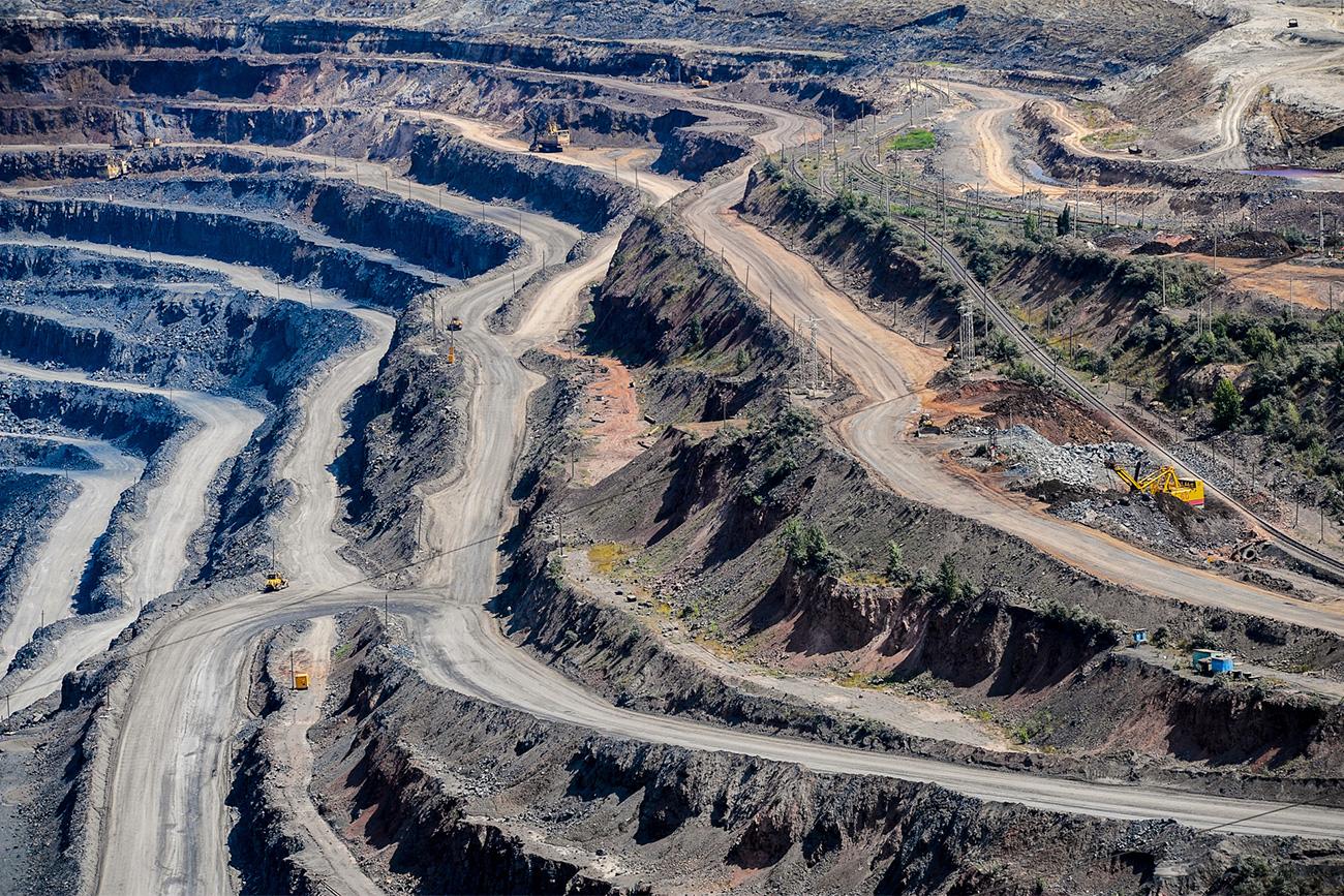 La surface globale du bassin ferreux couvre les territoires des régions de Koursk, de Belgorod et d'Orel, dans le sud-ouest du pays, et s'élève à 160 000 km2. C'est plus que le territoire de pays tels que la Grèce, la Corée du Nord, la Bulgarie et Cuba. Aujourd'hui, le territoire de l'anomalie magnétique de Koursk accueille trois combinats miniers, dont Stoilensky GOK, qui appartient au géant métallurgique russe NKLM.
