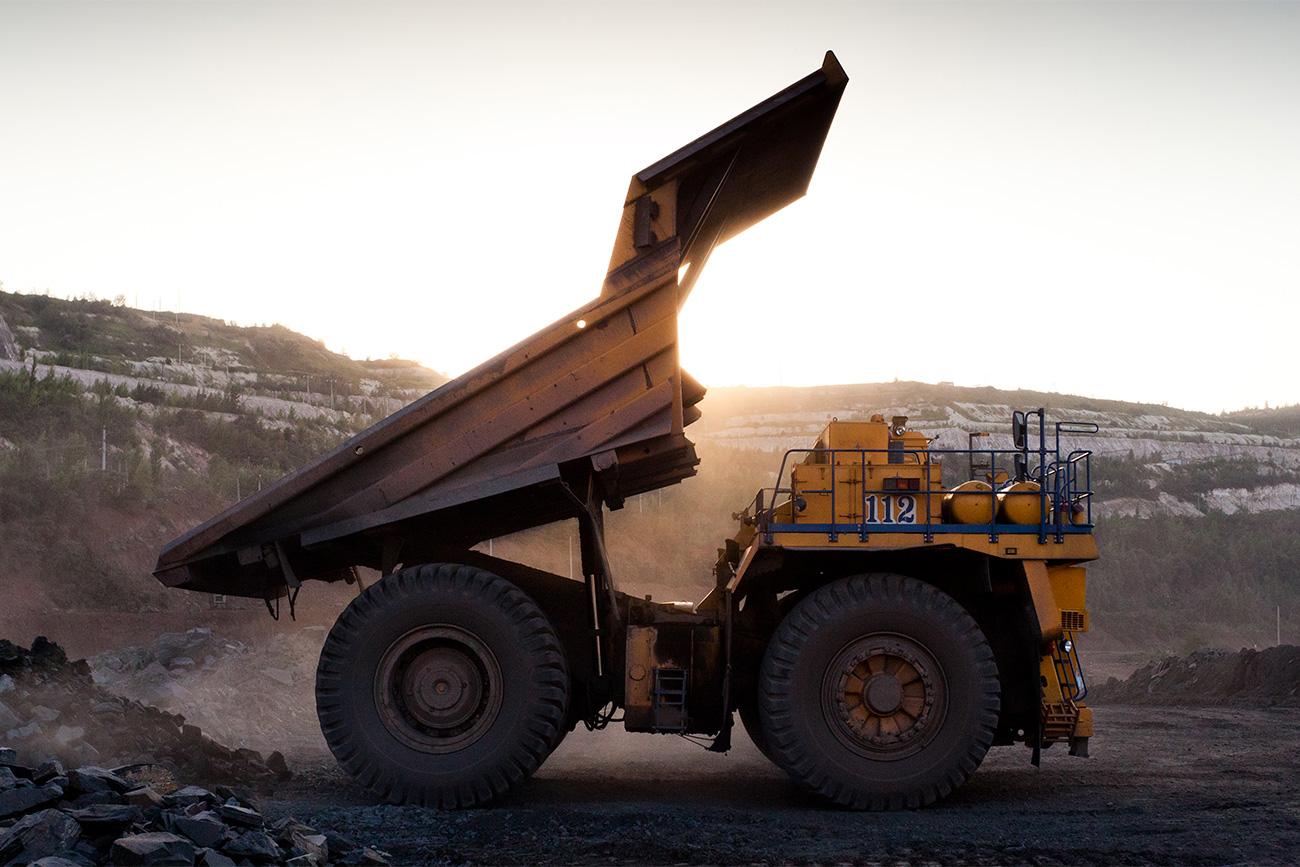 Die Haupterzeugnisse des Bergkombinats: Eisenerzkonzentrat, Sintererz und Eisenpallets, die später zu eigentlichem Stahl verarbeitet werden. 375 Meter geht der Tagebau des Stolenski-Bergwerks in die Tiefe.