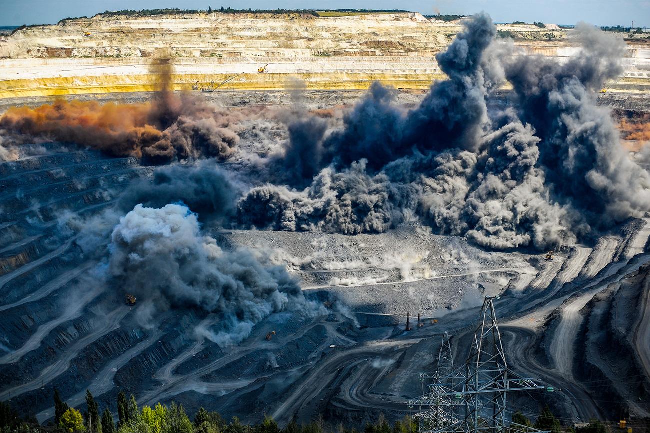 Rund 18 Mal im Jahr wird hier gesprengt. Als Sprengstoff kommt ein spezielles Gel zum Einsatz. Rund 1 000 Tonnen hochexplosiven Materials werden für eine Sprengung vergossen. Dann werden die Zünder eingelassen.