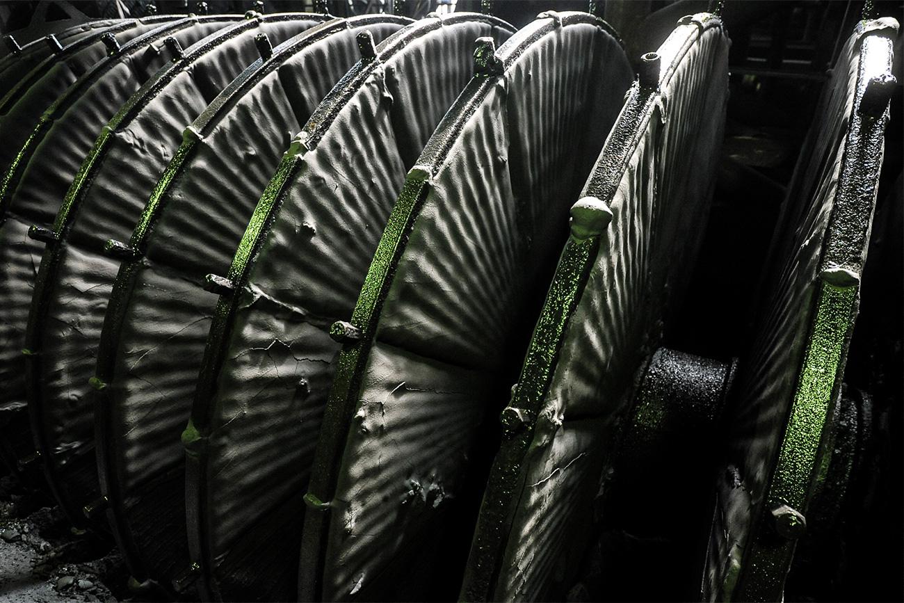 Un compartiment de séparation magnétique où l'on extrait du concentré de fer du minerai. Ces filtres à vide servent à extraire le fluide du concentré de minerai de fer.