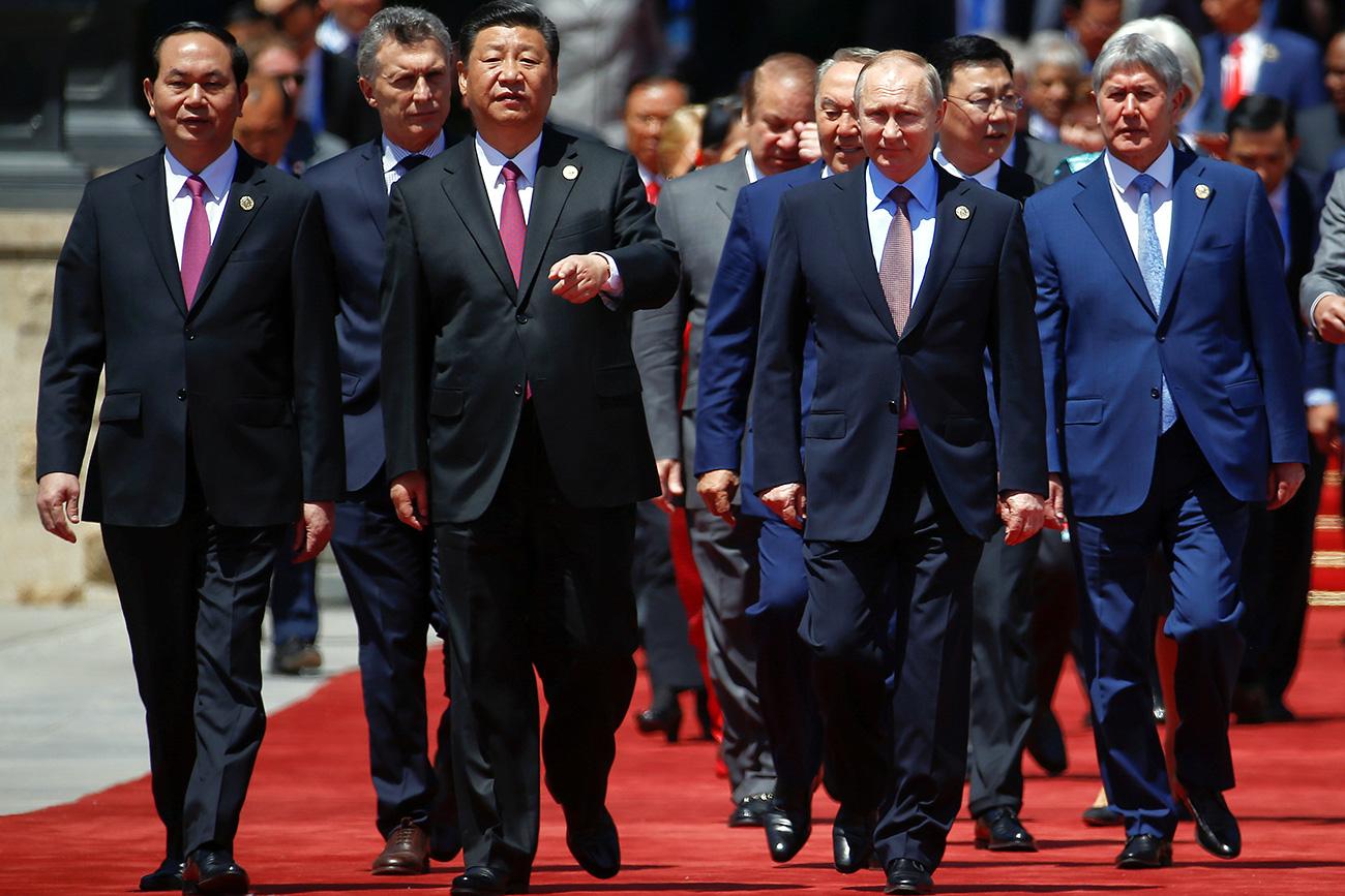 Presidentes chinês Xi Jinping e russo Vladímir Pútin (centro) antes de foto de grupo do fórum (Foto: Reuters)