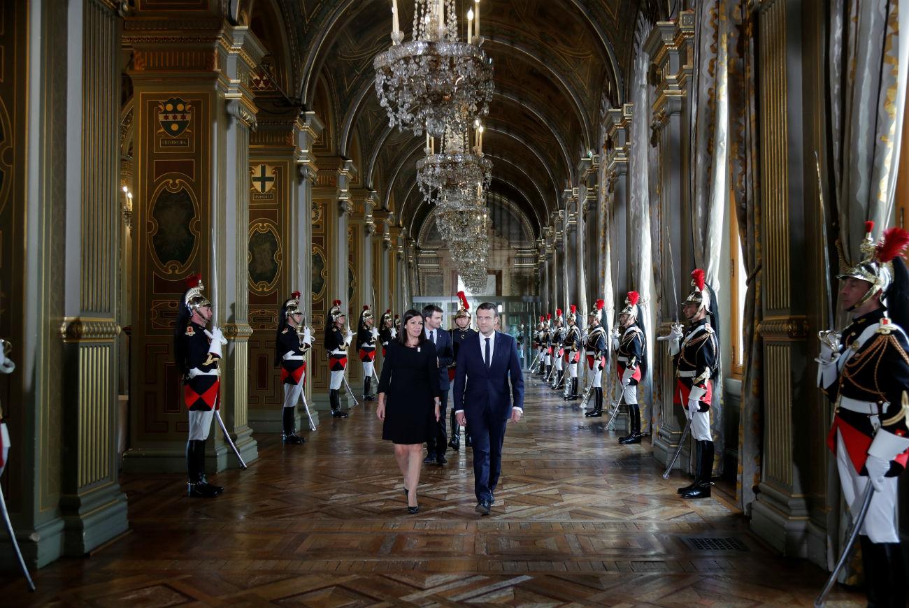 Emmanuel Macron et Anne Hidalgo à l'hôtel de ville de Paris. Crédit: Reuters