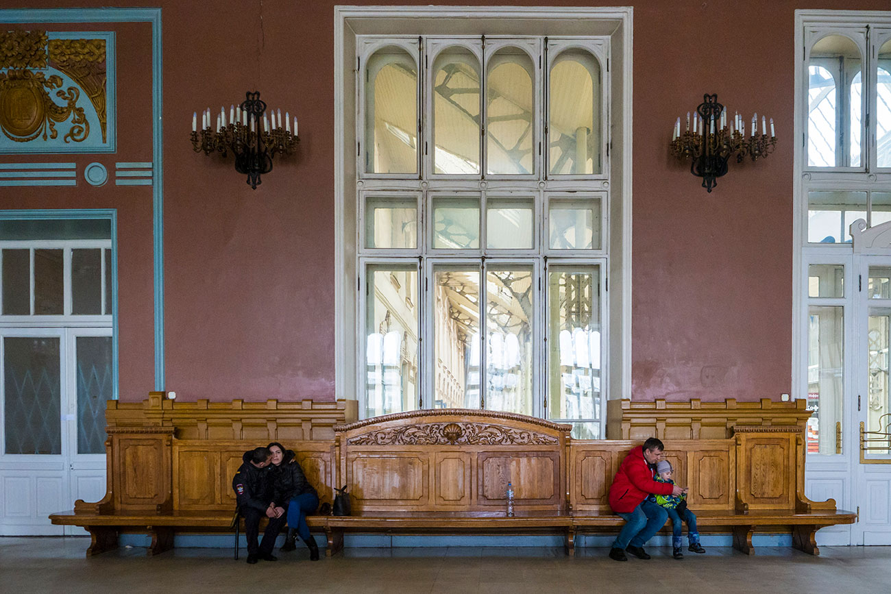 The first- and second-class waiting room is often described as the Picture Hall because it's decorated with wall paintings, large mirrors and painted panels that chronicle the history of the Tsarskoselsky railroad. From time to time, musical concerts are held here. Nowadays, passengers only use the third-class waiting room.