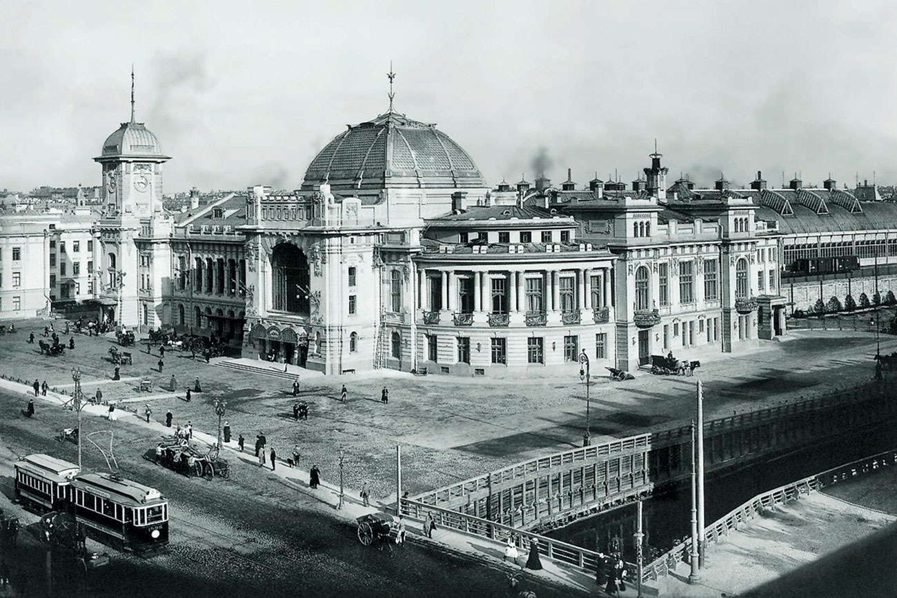 "For the most distinguished passengers there was a ""Grand Duke Suite"" at the station, which is now the station director's office. Despite the name, grand dukes never stayed there. The name was inherited from the previous building, which had a ""Grand Duke Suite"" for the Emperor and his entourage.// Pictured: The railway station in the 1900s."