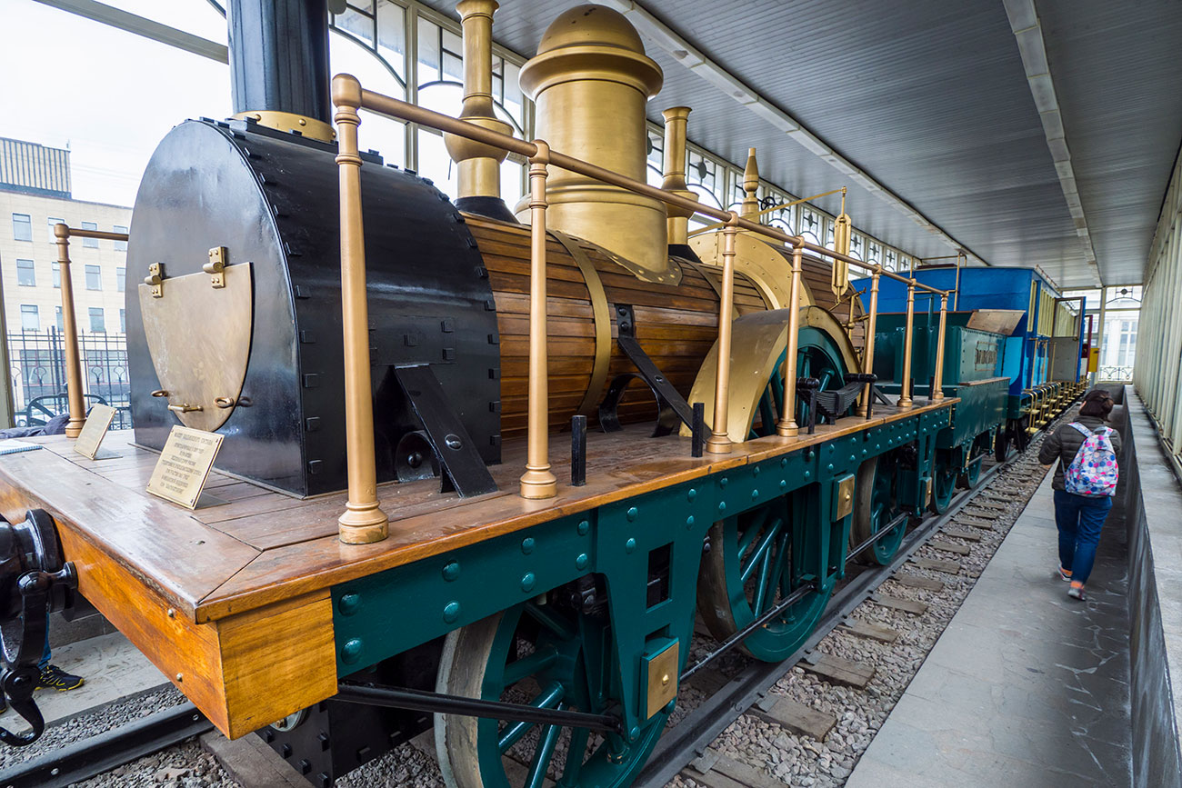 A replica of the first train of the Tsarskoselsky railroad can be seen in a separate pavilion at the station. The locomotives were built in Britain, at the Robert Stephenson and Company plant in Newcastle-upon-Tyne.