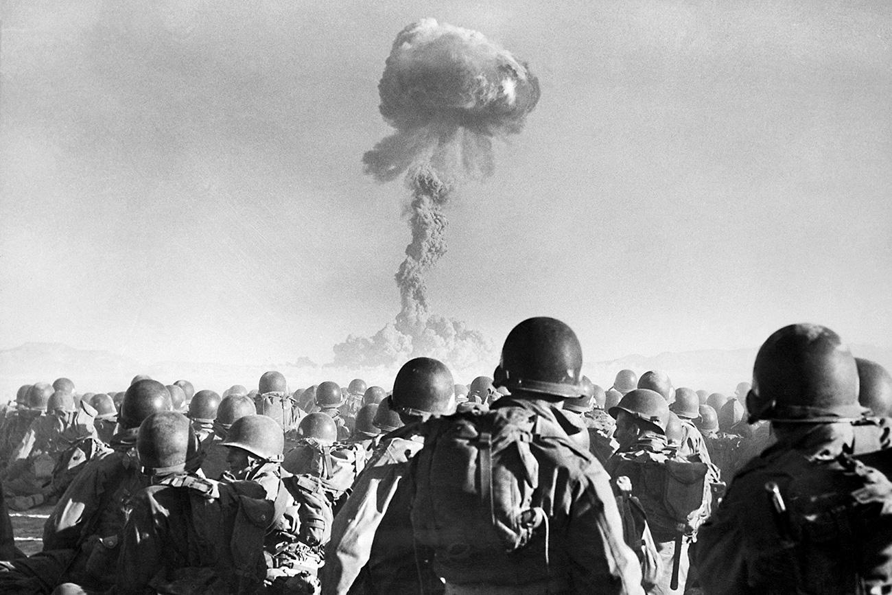 Tropas de divisão aérea dos EUA observam explosão atômica em campo de testes em um deserto em Las Vegas, em 1951