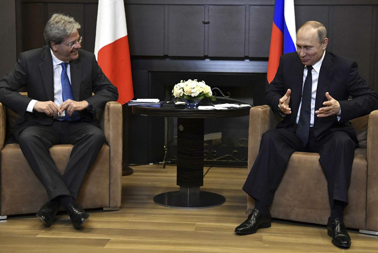 Il premier italiano Paolo Gentiloni, a sinistra, con il Presidente russo Vladimir Putin a Sochi.