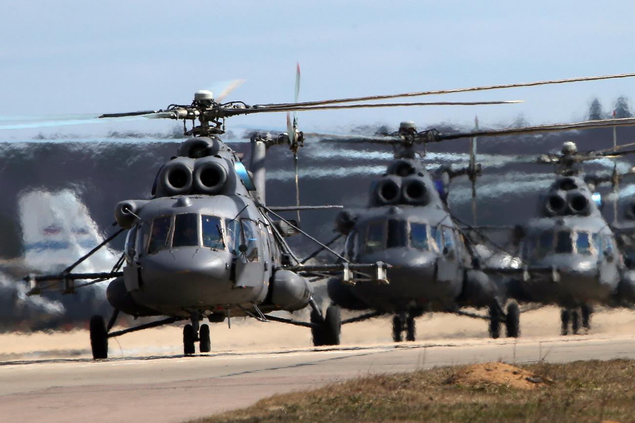 Los aviones Mi-8MTV-5 aterrizan en las afieras de Moscú.