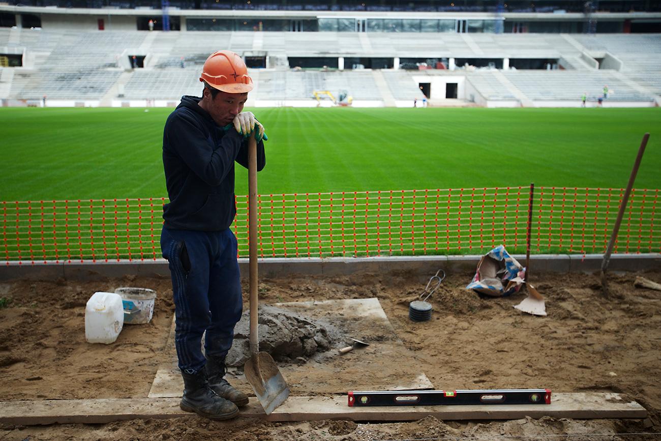 Delavec-migrant na moskovskem stadionu Lužniki.