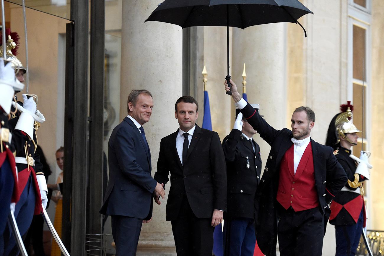 Macron pozdravlja predsednika Evropskega sveta Donalda Tuska (levo) ob prihodu v Elizejsko palačo, 17. maj 2017. Vir: Reuters