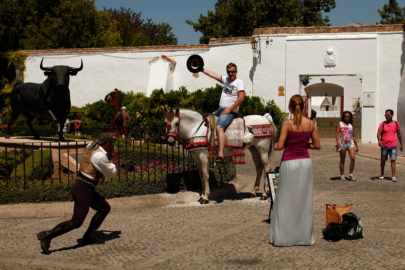 Un turista en la ciudad de Ronda, España.