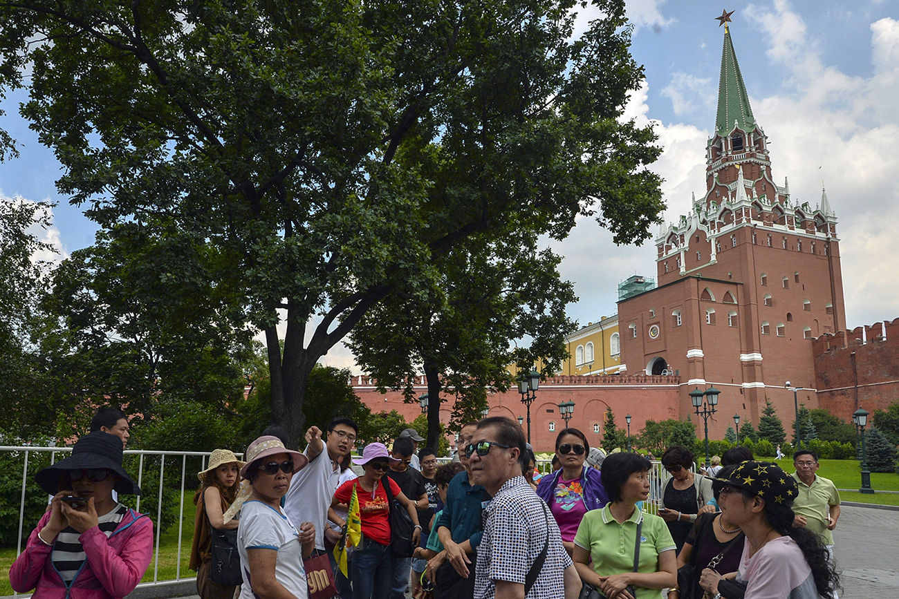 Tourists in the Alexander Garden, Moscow.