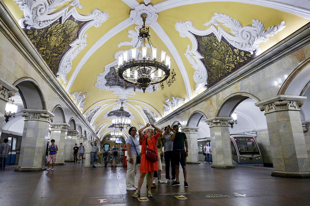 Para turis di stasiun metro Komsomolskaya, Moskow / Eugene Odinokov/RIA Novosti
