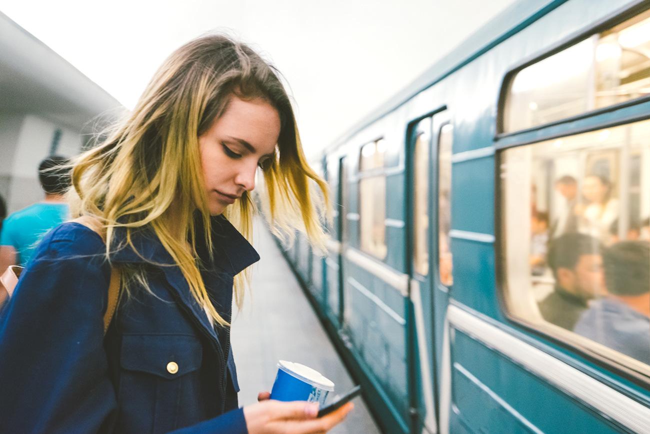 Dekle med čakanjem na vlak podzemne železnice, Moskva. / Fotografija: Getty Images