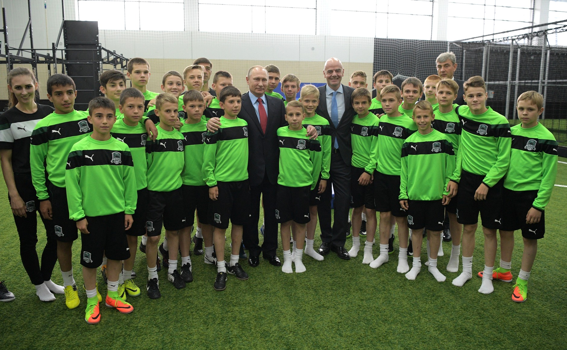 Putin in Infantino z mladimi nogometaši / Vir: Kremlin.ru