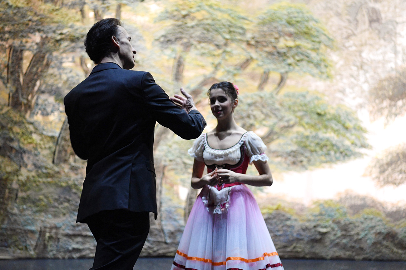 Laurent Hilaire with a ballerina ahead of the theater's performance of Giselle in Moscow. / Photo: AFP