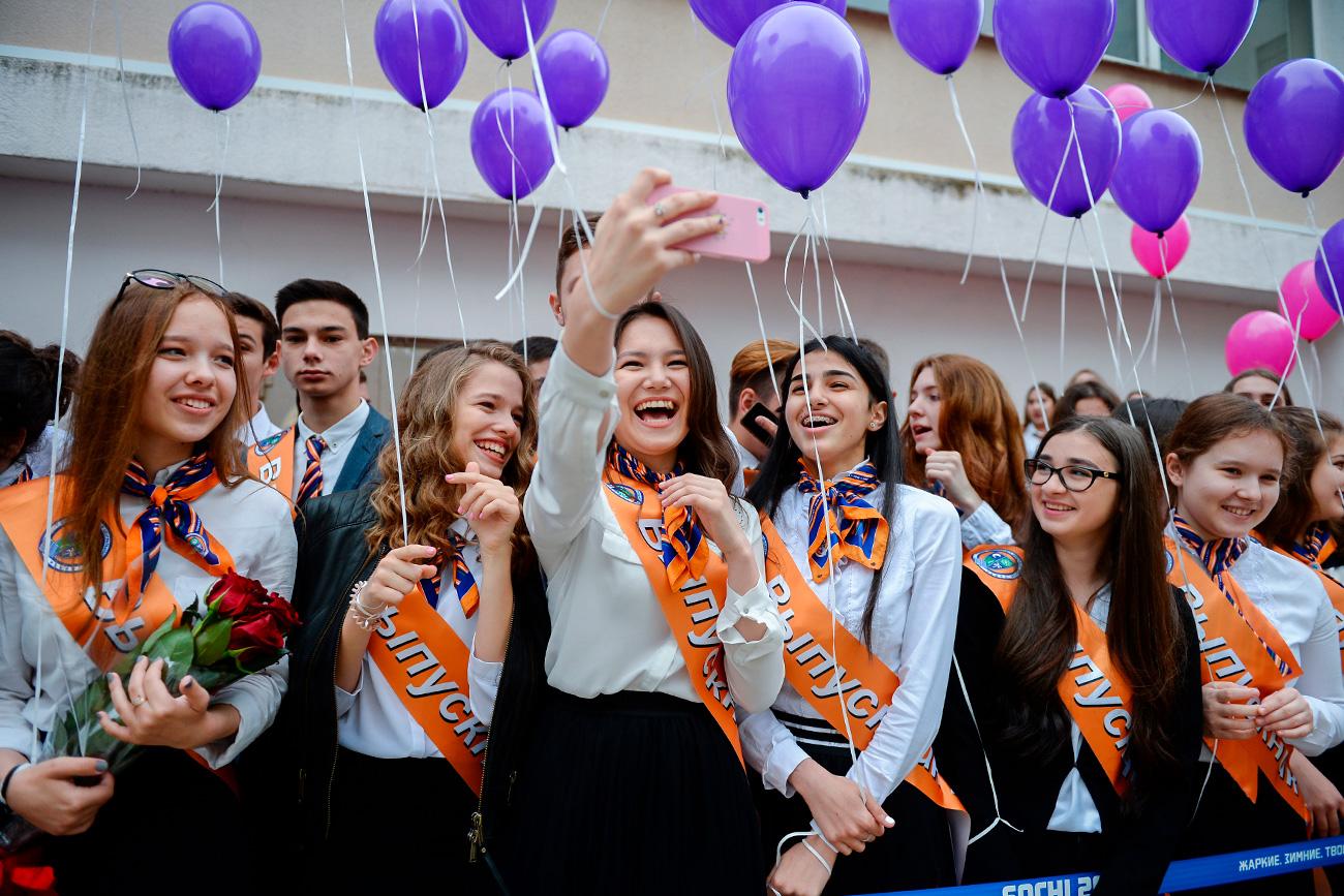 Ratusan balon yang diterbangkan ke angkasa melambangkan siswa SMA yang meninggalkan sekolah dan segera memasuki kehidupan sebagai orang dewasa yang sebenarnya.