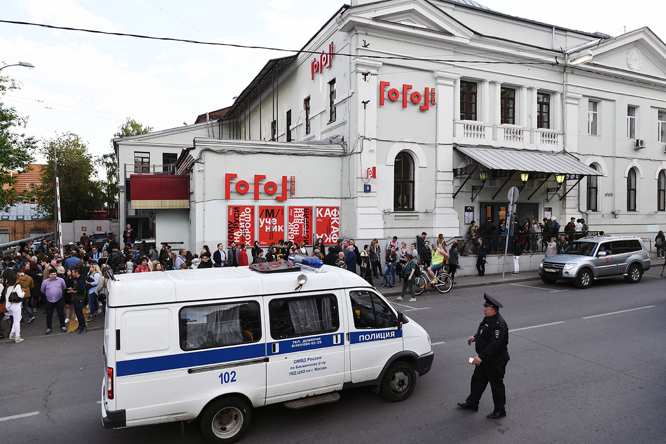 On May 23, after initial reports about the police searches, cultural figures signed an open letter to President Putin to support Serebrennikov. Photo: Police and passers-by at the Gogol Center in Moscow.