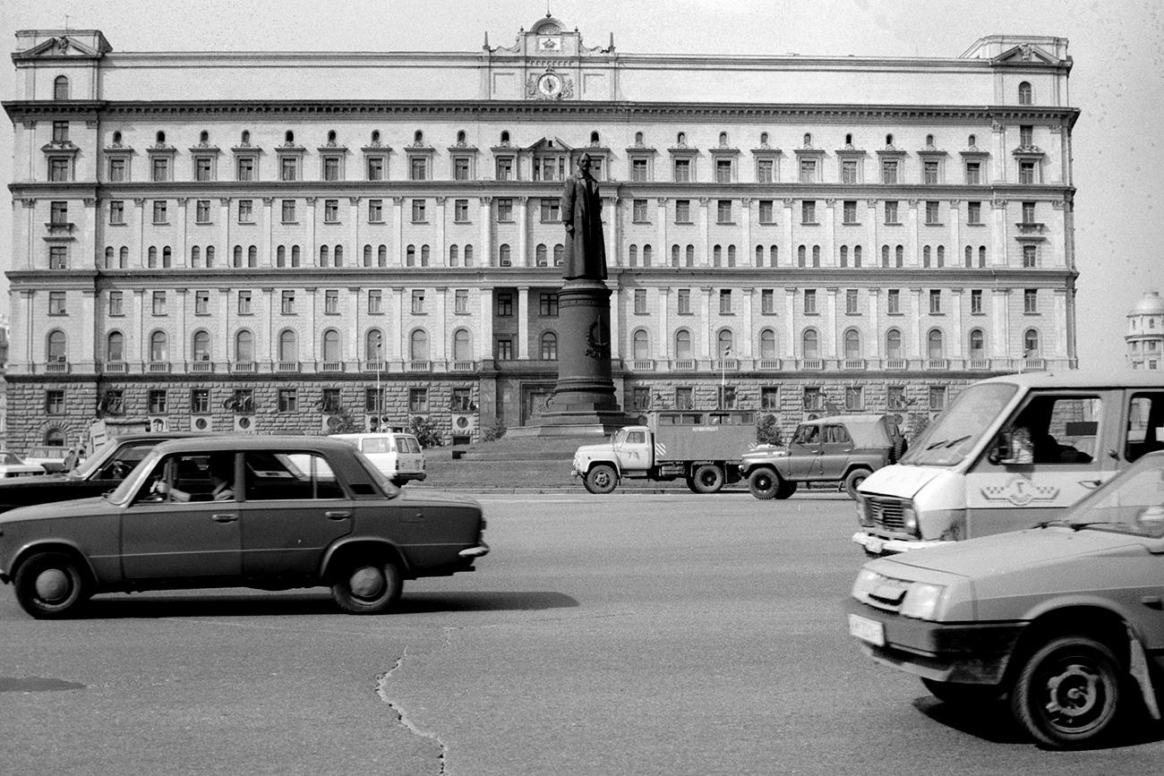 """Паметник на Феликс Дзержински пред сградата на КГБ, 1989 г. Снимка: Владимир Вяткин / РИА """"Новости"""""""