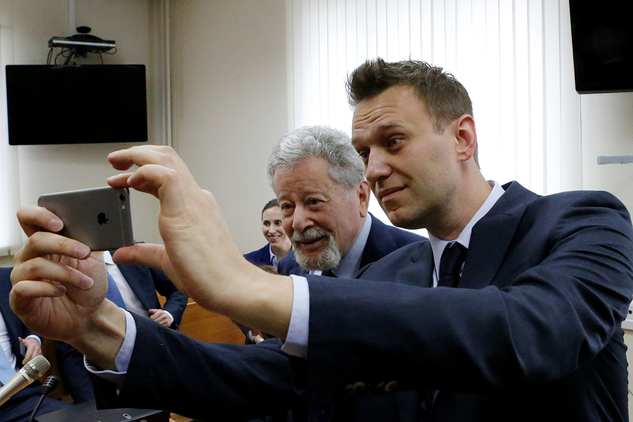 Naválni faz selfie com o advogado de Usmânov, Guênrikh Pádva, durante audiência.
