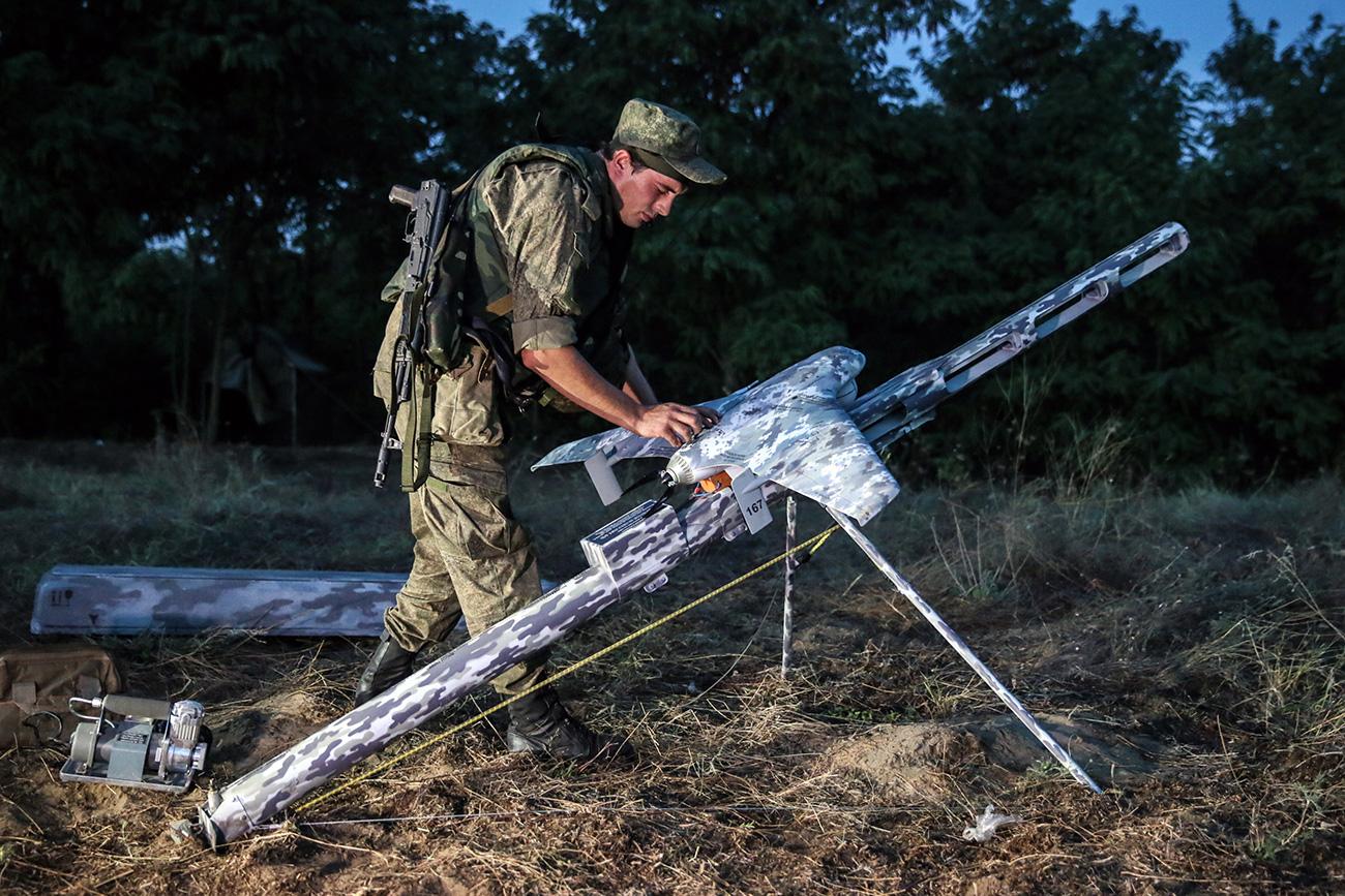 Lanzamiento de un dron durante los ejercicios de infantería realizados en el Distrito Militar Sur.