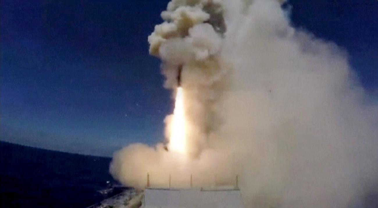Gambar yang diambil dari rekaman video yang dirilis Kemenhan Rusia pada 31 Mei 2017, menunjukkan sebuah misil diluncurkan dari kapal selam Rusia di Laut Tengah ke target ISIS di dekat Palmyra. Sumber: Reuters
