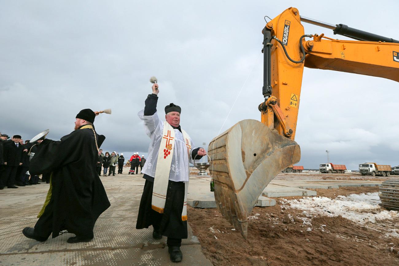 Und auch die für ihre Unfallhäufigkeit und Schlagloch-Dichte berühmt-berüchtigten russischen Straßen können einen göttlichen Segen oft gut gebrauchen. Oder auch ein künftiges AKW, wie hier in Belarus.